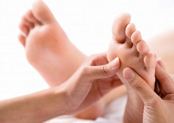 Đau giữa lòng bàn chân, cách massage bấm huyệt
